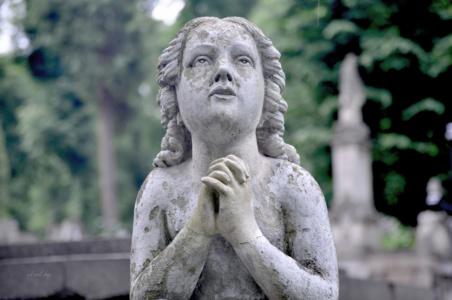 Молящийся ангел. Лычаковское кладбище. Львов.