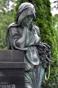 Женщина с розами. Лычаковское кладбище. Львов.