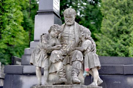 Отец и дети. Лычаковское кладбище. Львов.