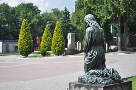 На коленях. Лычаковское кладбище. Львов.